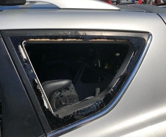 Los Bombers han tenido que romper uno de los cristales laterales del coche (Foto: Bombers de Palma)