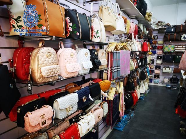 Gran cantidad de bolsos, entre los artículos intervenidos (Foto: CNP)