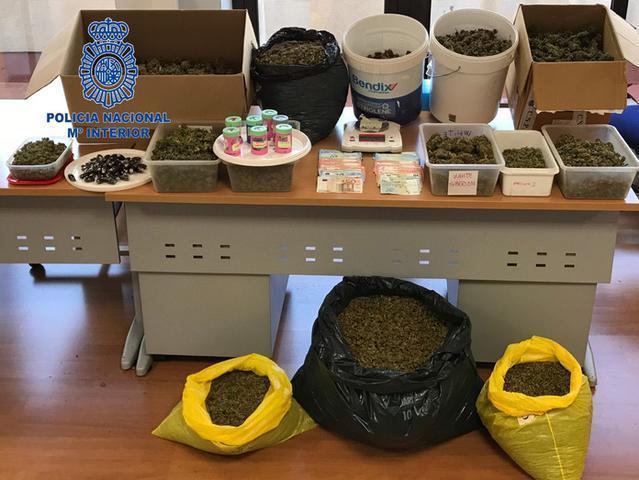 Imagen de la droga y material incautados (Foto: CNP)