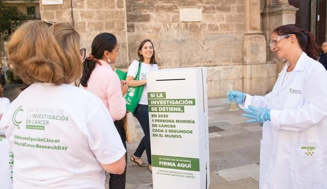Por la calle, una estatua humana caracterizada de investigadora sólo podía moverse cuando una persona firmaba el manifiesto (Foto: AECC)