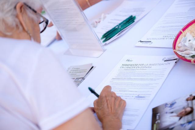 Una mujer firmando el manifiesto (Foto: AECC)