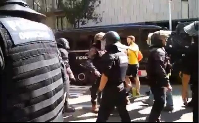Los mossos tuvieron que poner límite a los cachorros independentistas (Foto: Jusapol)