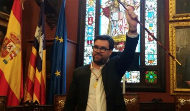 Antoni Noguera en el momento de coger el bastón de mando que le traspasó Hila en esta legislatura