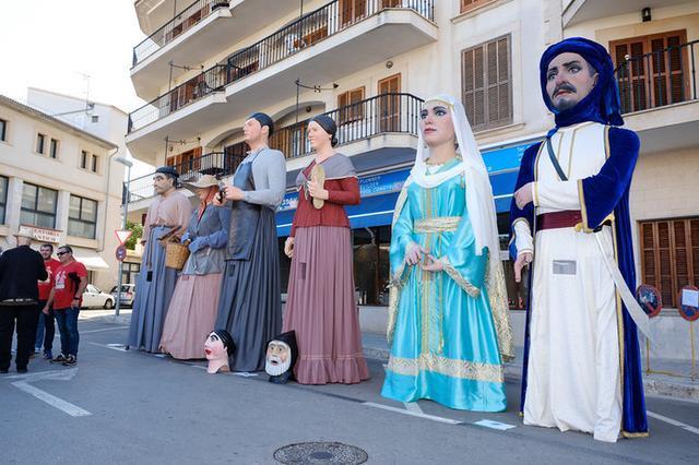 Los 'gegants' salieron del Ayuntamiento y bailaron hasta la Pl. Constitució.