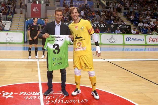 Mario Mola fue homenajeado antes del pitido inicial (Foto: Palma Futsal)