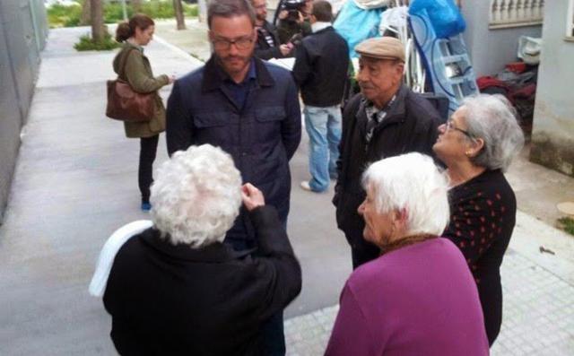 Y el anterior alcalde, el socialista José Hila, hablando con los mayores del barrio antes de las elecciones
