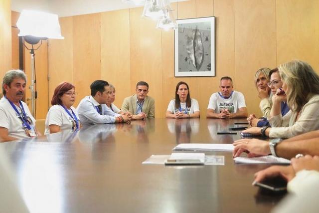 Los familiares de las víctimas reunidos en el Congreso con el Grupo Popular (Foto: Facebook)