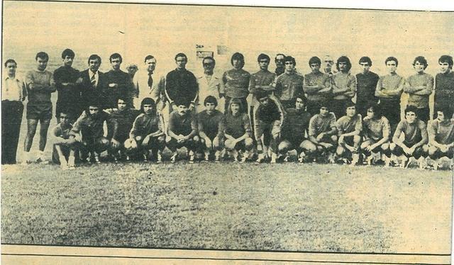 La plantilla del RCD Mallorca 77/78 posando en el Luis Sitjar durante la presentación (Foto: Archivo Tommy M. Jaume)