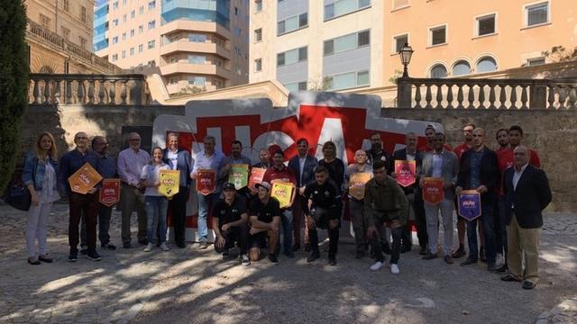 Foto familiar con los representantes de los clubes (Foto: RCDM)