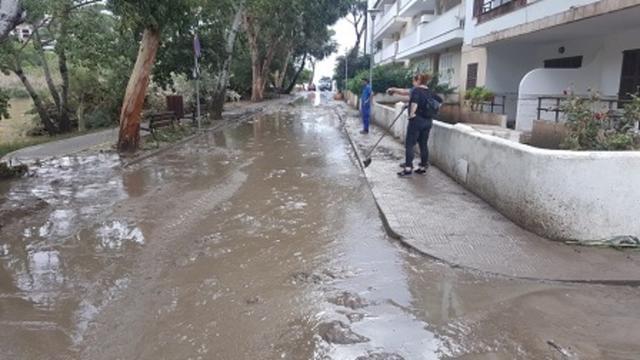 Las calles anegadas de barro tras la torrentada que afectó a Canyamel