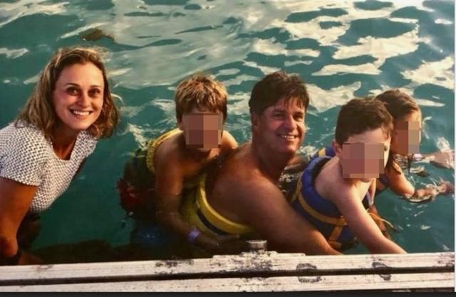 Joana, la madre de Artur, muerta en la torrentada, con su marido y los niños en una foto familiar