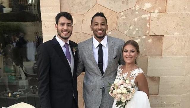 Abrines se casó este verano con Carla García con la presencia de algunos de sus compañeros de equipo (Foto: Twitter)