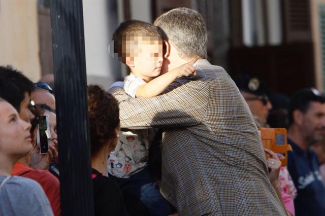 El Rey abrazando a un joven llorencí el pasado viernes