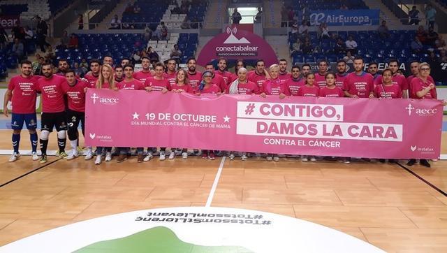 Ambos equipos formando juntos antes del inicio del partido en muestra de apoyo a la AECC (Foto: Palma Futsal)