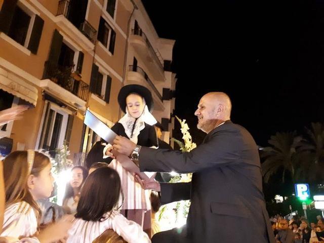 La pequeña Aida y el presidente del Consell de Mallorca, Miquel Ensenyat (Foto: Consell de Mallorca)
