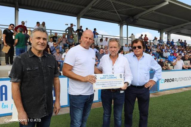 El alcalde de Sant Llorenç, Mateu Puigròs, ha recibido los 5.000 euros recaudados para los damnificados por la riada (Foto: ATB)