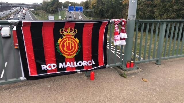 Además de los escudos de ambos equipos, la pancarta comparte también las banderas de sus respectivos países (Foto: Twitter SM)