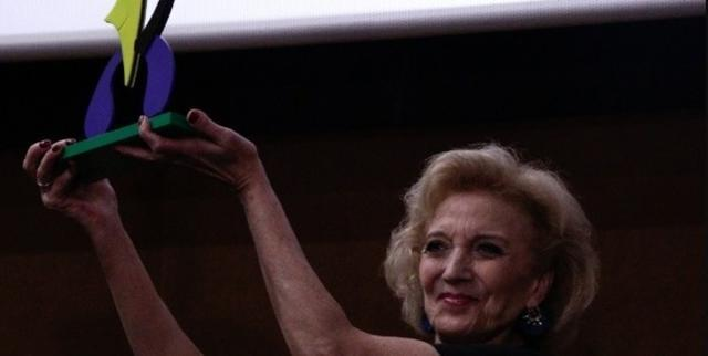 La actriz Marisa Paredes alzando el premio Honorífico del Evolution Mallorca Internacional Film Festival