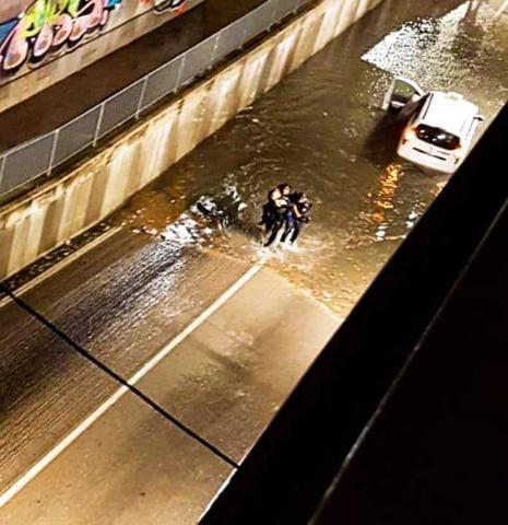 Momento del rescate efectuado por los dos agentes (Foto: CNP)
