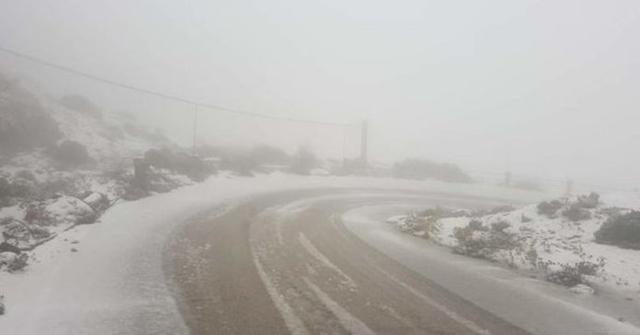 La nieve ha teñido de blanco la carretera