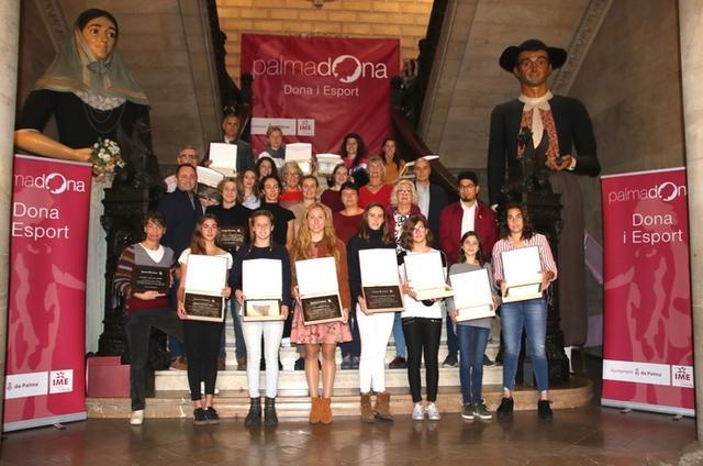 Las campeonas posando con sus placas (Foto: Aj Palma)