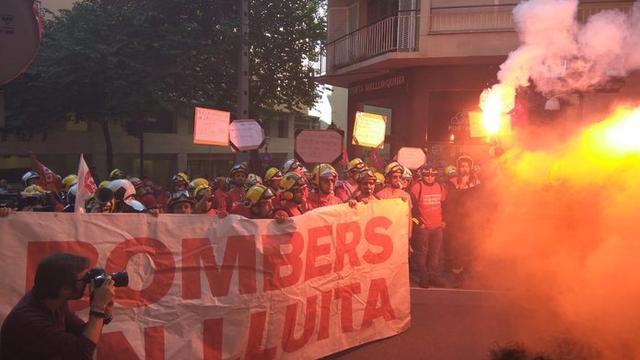 Los Bombers han encendido bengalas y botes de humo (Foto: Europa Press)