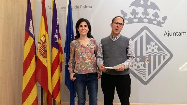 La regidora de Sanidad y Consumo, Antònia Martín y el gerente de la Empresa Funeraria Municipal (Efmsa), Jordi Vilà (Foto: Aj Palma)
