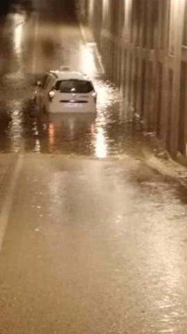 El susto de la mujer fue monumental por la cantidad de agua que había bajo el puente