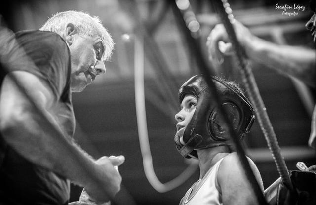 La boxeadora atendiendo las instrucciones de su entrenador, Manuel Sánchez (Foto: Facebook)