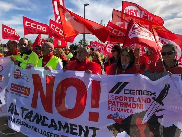 Los manifestantes han partido desde la fábrica y se han dirigido hasta el pueblo (Foto: Twitter CCOO)