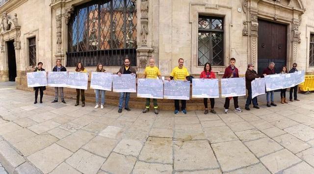 Miembros de la Plataforma Antiautopistes esta mañana frente al Consell (Foto: GOB)
