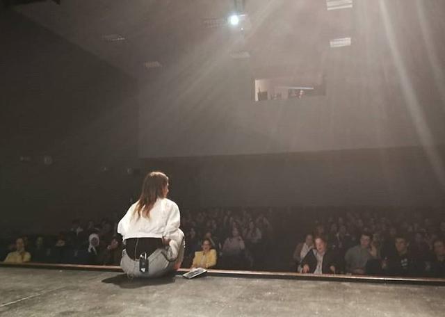 Isa Duque dando una charla a adolescentes (Foto: Instagram)