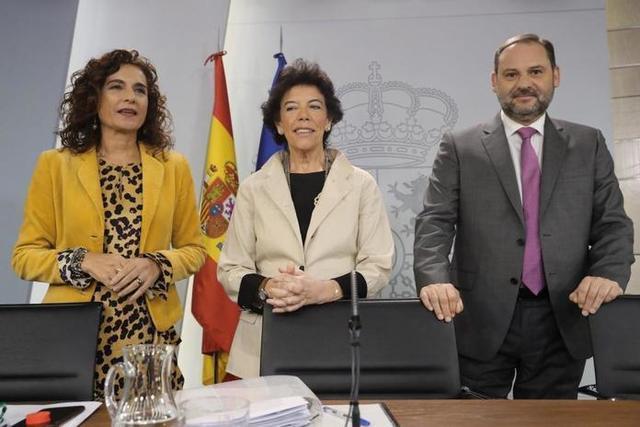 De izquierda a dercha, la ministra de Hacienda, María Jesús Montero; la portavoz del Gobierno, Isabel Celaá; y el ministro de Fomento, José Luis Ábalos