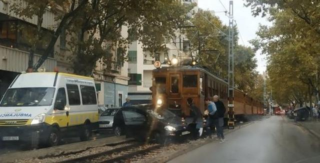 El coche ha sido el mayor perjudicado de la colisión (Foto: Twitter Guillem J. Rayó Coll)