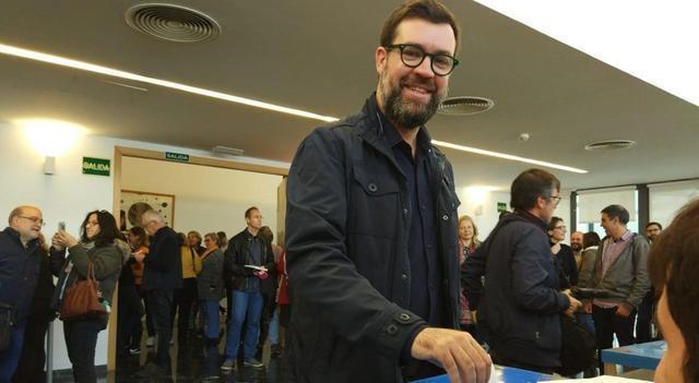 Toni Noguera y Neus Truyol posan para la prensa depositando el voto en las primarias de MÉS per Palma