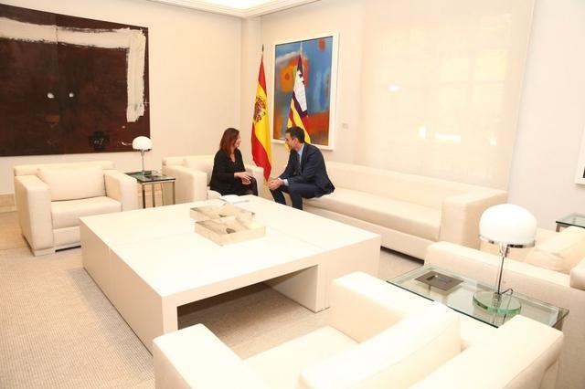 francina armengol en el sofa de moncloa con sanchez