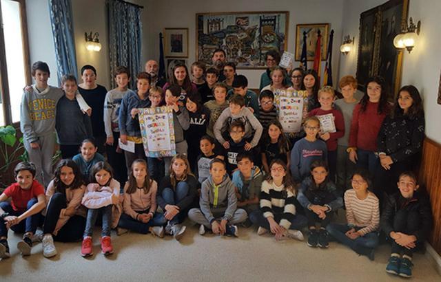 Los estudiantes han presentado el cartel realizado para la Fira