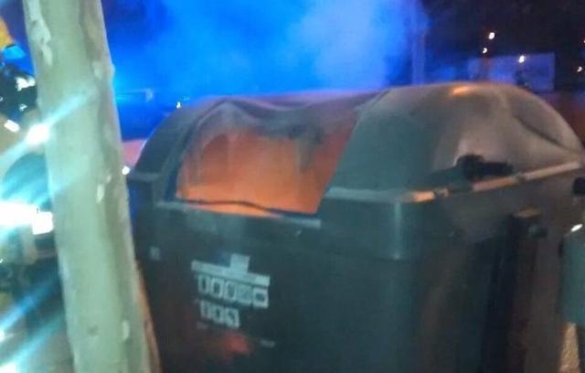 Los contenedores quemados estaban separados por unos 100 metros (Foto: Bombers)