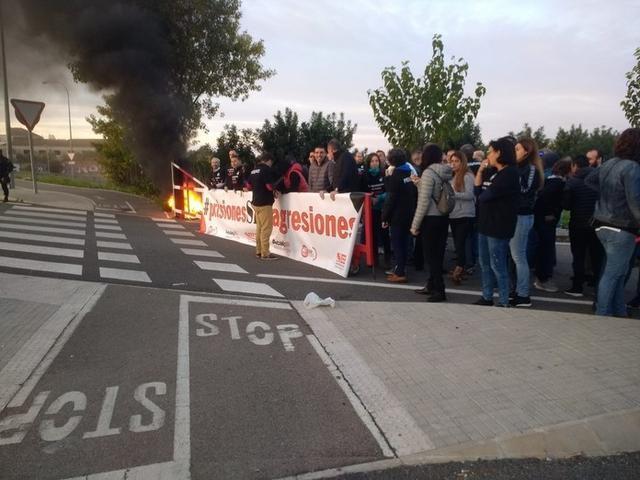 Uniformes y neumáticos han ardido en señal de protesta (Foto: UGT)