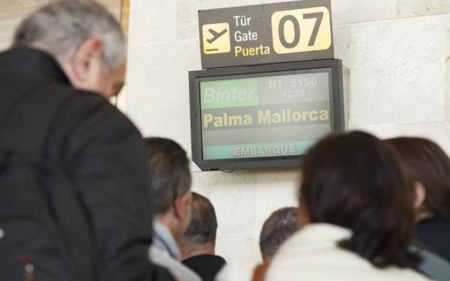 Pasajeros embarcando en la compañía Binter que opera en Canarias (Archivo)