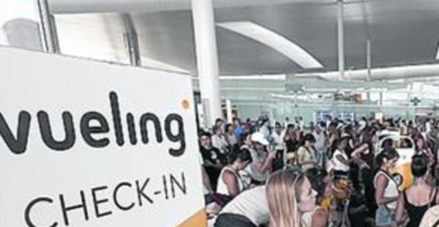 Pasajeros para embarcar en la compañía Vueling (Archivo)