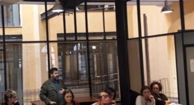Toni Gomila de pie habla sobre el gasto injustificado de 8.000 euros del Sindicato de Periodistas