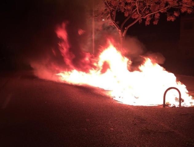 Los bomberos han tenido que acudir a sofocar el fuego de 4 contenedores en el Coll d'en Rabassa