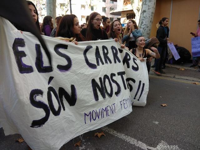 La pancarta de cabecera de la manifestación con el lema 'Las calles son nuestras' (Foto: María Jesús Almendáriz)