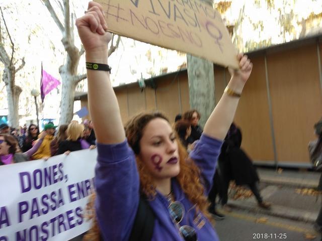 Una manifestante con el lema 'Nos queremos vivas' (Foto: María Jesús Almendáriz)