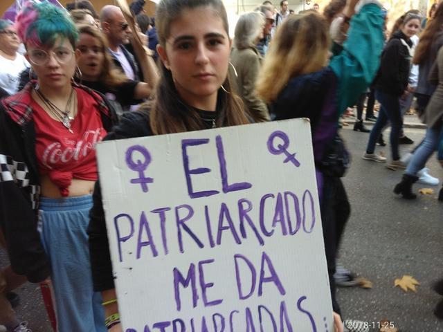 Manifestantes con carteles en contra del patriarcado (Foto: María Jesús Almendáriz)