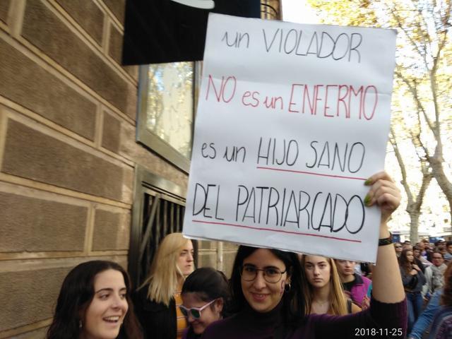 Chicas en la manifestación con un cartel contra los violadores y el patriarcado (Foto: María Jesús Almendáriz)