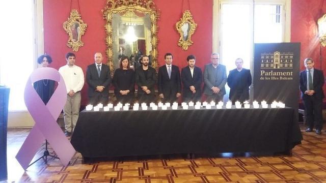 Después de encender las velas se ha guardado un minuto de silencio en memoria de las víctimas