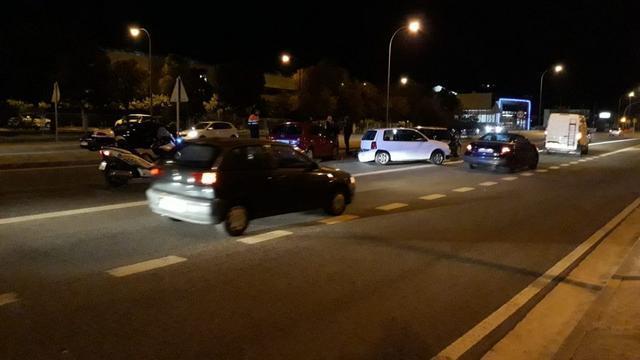 Los jòvenes que viajaban en los vehículos siniestrados se abrazan tras el accidente (Foto: Alicia Borrás)