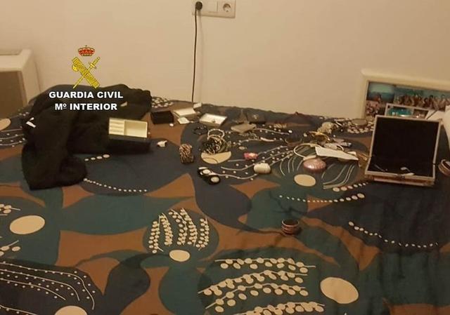 Fueron intervenidas un total de 25 piezas de joyería escondidas entre sus ropas que fueron devueltas a su propietaria